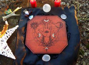 Autel mystique gravure aux « 4 lunes dorées